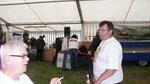 Mecki und Charly haben um die Anzahl der Zelte eine Wette laufen. Mecki sagte es seien bestimmt mehr als 10 Zelte, er musste Charly ein Bier ausgeben.