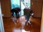 床のニスをペタペタ