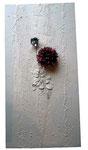 Spachtelmasse, Acrylfarbe, Plastikblumen, 50 x 100 cm