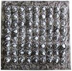 Auch ein abgelaufenes Kondom kann noch seine Bestimmung haben. 40 x 40 cm.