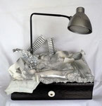 Eine vollfunktionsfähige LED Lampe in einer alten Schublade mit diversem Inhalt.