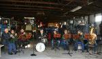 Die Oderbrucher Blasmusik in der Technikhalle von Königs Mühle