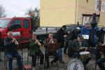 Die Oderbrucher Musikanten im Einklang mit dem Bulldog