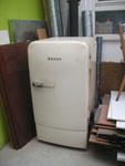 Bosch Wirtschaftswunder-Kühlschrank 1954. Klassiker, etwas vergilbt, innen fehlt das Flaschenfach. Oben kleine Delle und etwas Rost. 250 €