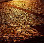 L'oro del tramonto che rade il selciato