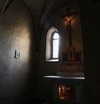 Luce mistica in un altare laterale della cattedrale di San Giusto, a Trieste