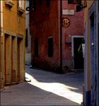Giochi di luce-ombre tra i vicoli di Muggia, paesino sul mare nei pressi di Trieste