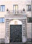 Cava de' Tirreni - Portone palazzo Vescovile e finestre con luce riflessa