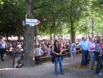 Viele Menschen und Buden am Weinfest