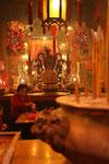 femme en prière dans un temple