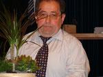 Obwohl er mit der überreichten Pflanzenschale nicht sonderlich glücklich aussieht...