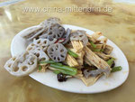 Links: Lotuswurzeln (Lianou - 莲藕), rechts Tofu-Haut (Fuzhu 腐竹 mit Stangensellerie (Shengcai - 生菜)