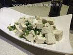 Sehr weicher Tofu mit Schnittlauch und Öl
