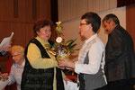 Erika Hornung wird für 50 Jahre singen im Chor geehrt