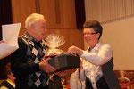Lothar Giegerich wird für 60 Jahre singen im Chor geehrt