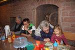 Artur schaut mit Miriams Töchterchen ein Bilderbuch an