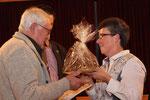 Erwin Völker wird für 65 Jahre singen im Chor geehrt