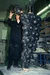 Arbeit in der Gießerei am Wachsmodell (vor dem Einschamottieren): Aufsetzen des Januskopfs auf den Traubenkörper.
