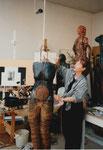 """Im Atelier. Die Skulptur """"Schnürleib"""" entsteht, 1998"""