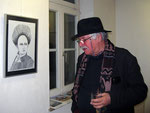 """Günter Guben vor der Zeichnung """"Marcia drahtig"""""""