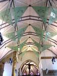 und modernes Kirchenschiff nach Zerstörungen im 2. Weltkrieg