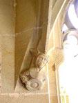 und gotischer Narrenfigur  im Kreuzgang