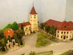 Kirche, Hauptschule und Kriegerdenkmal in Hadres.