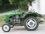 Hans Fiby auf seinem Traktor