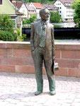 Hesse-Statue auf der Brücke über die Nagold.