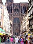 Der wuchtige Anblick des Münsters, biegt man in die Krämergasse ein