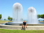 Romanshorn am Bodensee (CH): Ich vor einer Wasserskulptur