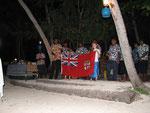 die Nationalhymne Fidschis wird durch die Crew gesungen