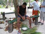 Kokosfleisch wird herausgeraspelt
