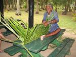 mit Palmenblättern stellen die Einheimischen allerhand her