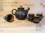 15-39.  Глиняный чайник с чашками ручной работы.
