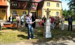 Das neue Kreuz vor der evangelischen Kirche in Neustadt an der Tafelfichte