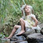 Fantasie und Wirklichkeit Fotografien und Gedichte Kathrin Steiger Mädchen auf einem Stein im Wasser  Elfe Fee märchenhaft verträumt  fantasievolle bunte farbenfrohe Welt Phantasie Fantasy