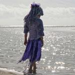 Fantasie und Wirklichkeit Fotografien und Gedichte Kathrin Steiger Mädchen am Wasser  glitzer märchenhaft verträumt fantasievolle bunte Welt  Phantasie Fantasy