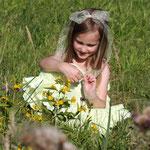 Fantasie & Wirklichkeit Fotografien und Gedichte Kathrin Steiger märchenhaft verträumt romantisch fröhliches Mädchen sitzt auf einer Sommerwiese
