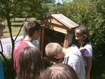 Schulklasse bei den Bienen