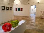 Ausstellungsansicht AUS PRINZIP, Skulptur: Sabine Straub, Objekte: Christine Ott, Malerei: Monika Humm