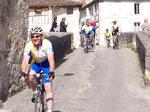 Nérac à l'heure du cyclo tourisme....à l'assaut du pont vieux