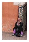 Femme devant une mosquée
