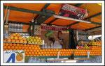 vendeur de jus d'oranges et pamplemousses pressés