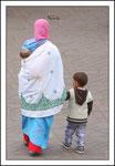 Promenade d'une maman et ses enfants