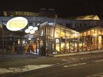 Nachtansicht Haupteingang Bäckerant