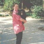 Dr. Anne Roth mit Schimpanse
