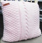 Handmade kussen in zacht roze. Te koop voor 17.50 euro.