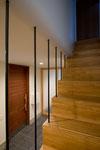 階段から玄関ホールを見る