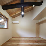 寝室 勾配天井 古材 ペンダントライト